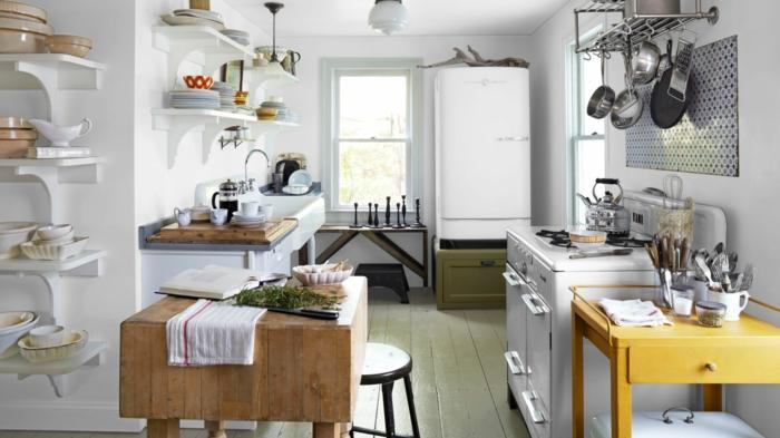 cocinas modernas pequeñas, cocina rústicablanca con electrodomésticos vintage, isla de madera, sartenes colgantes