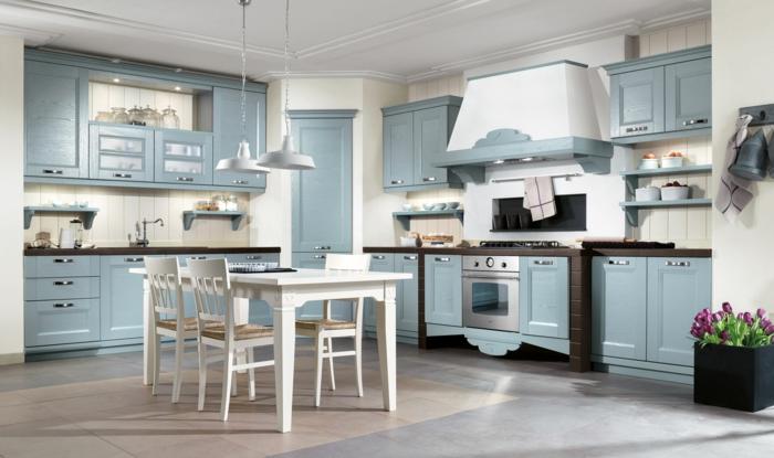 cocinas modernas pequeñas, cocina rústica en blanco y azul con mesa rectangular, lámparas colgantes, mucha luz y tulipanes