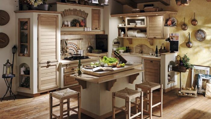 cocina modernas pequeñas, cocina rústica con pared amarilla, isla y sillas tejidas, suelo de tarima