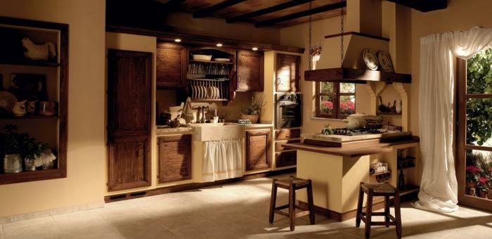 cocinas modernas pequeñas, cocina de madera rústica, isla con sillas, cortina bajo fregadero y ventanales