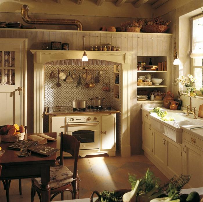 cocinas vintage, cocina en beige con mesa de madera y suelo de baldosas, horno retro y flores