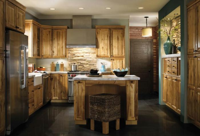 cocinas vintage, cocina de madera rústica con isla cuadrada, encimera de mármol