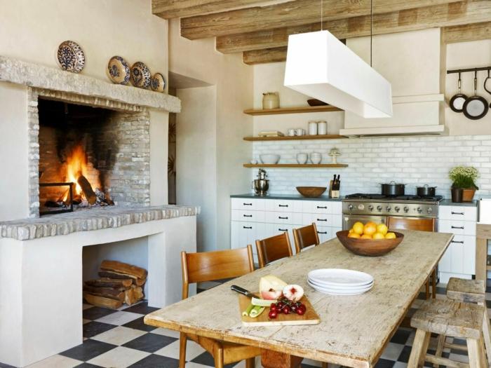 cocinas modernas pequeñas, cocina rustica con chimenea de piedra, mesa de madera, sillas desparejas