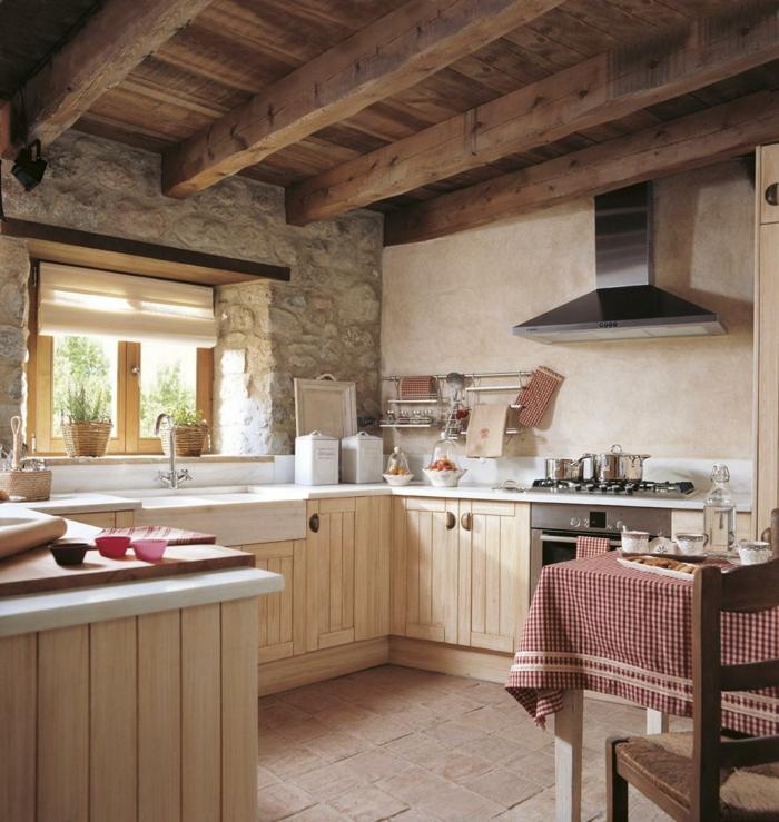 cocinas con encanto, cocina rústica pequeña, madera clara, pared de piedras, techo con vigas, mesa con mantel