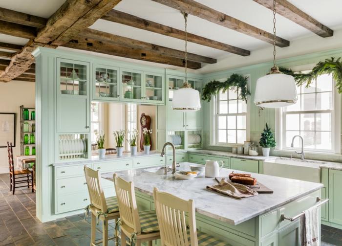 cocinas con encanto, cocina con techo de vigas, isla con fregadero y sillas beige, alaecnas en verde pastel
