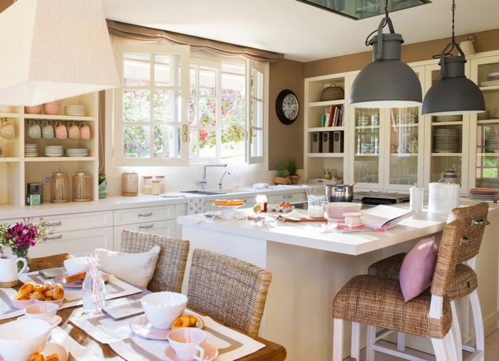 cocinas con encanto, cocina pequeña con dos mesas y sillas tejidas, lámparas colgantes, tazas en colores pastel+