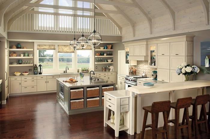 cocinas rusticas de obra, cocina grande con ventanales en madera blanca, isla y barra con sillas altas