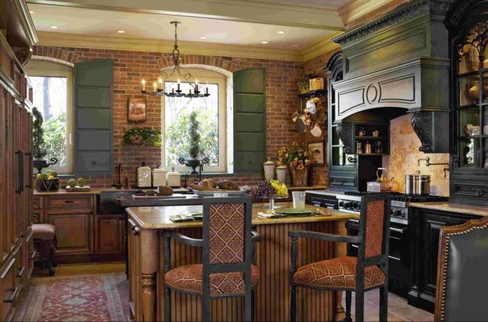 cocinas rusticas de obra, cocina con postigos verdes y paredes de ladrillo, isla con sillas tapizadas, alfombra