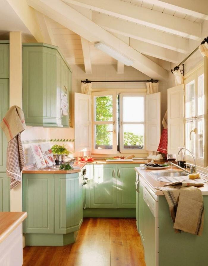 cocinas rusticas de obra, cocina pequeña, techo con vigas blanco, alacenas verdes y postigos