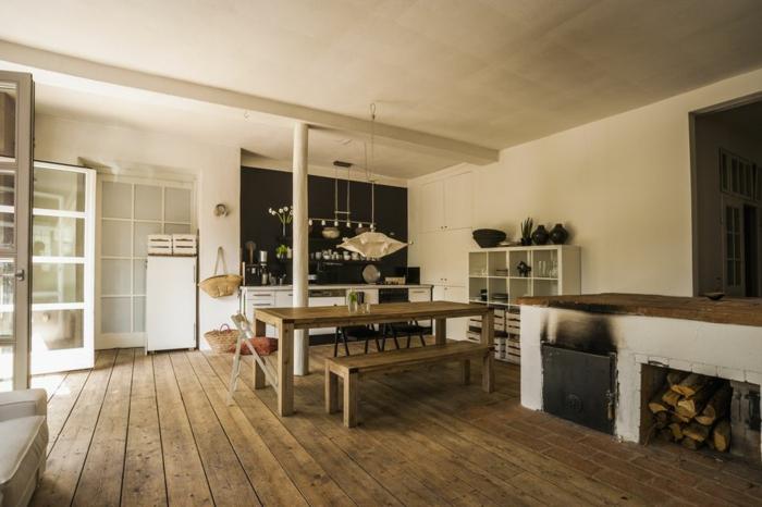cocinas rusticas de obra, cocina con suelo de tarima, mesa de madera con bancos, paredes blancas, chimenea y leña