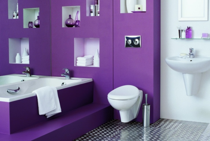 baños pequeños modernos, color atrevido tono de lila, suelo nivelado