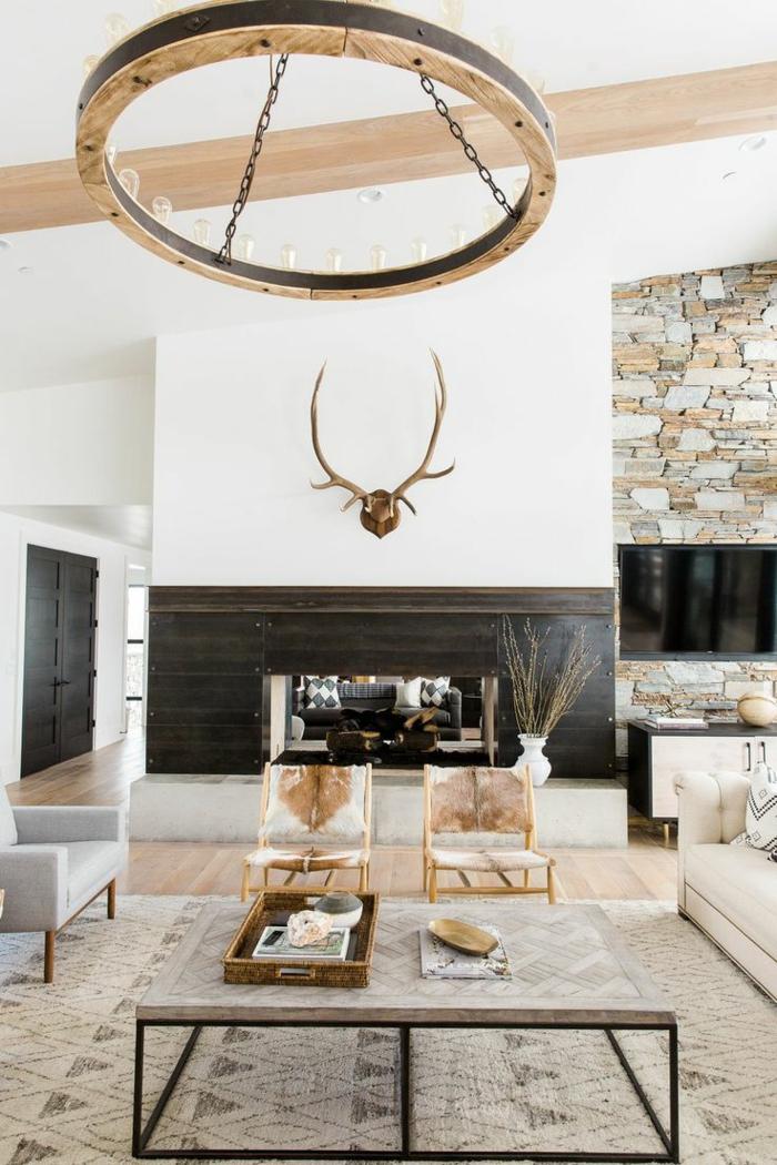 salones modernos, decoracion rustica con tcabeza de ciervo, mesa y sillas con piel
