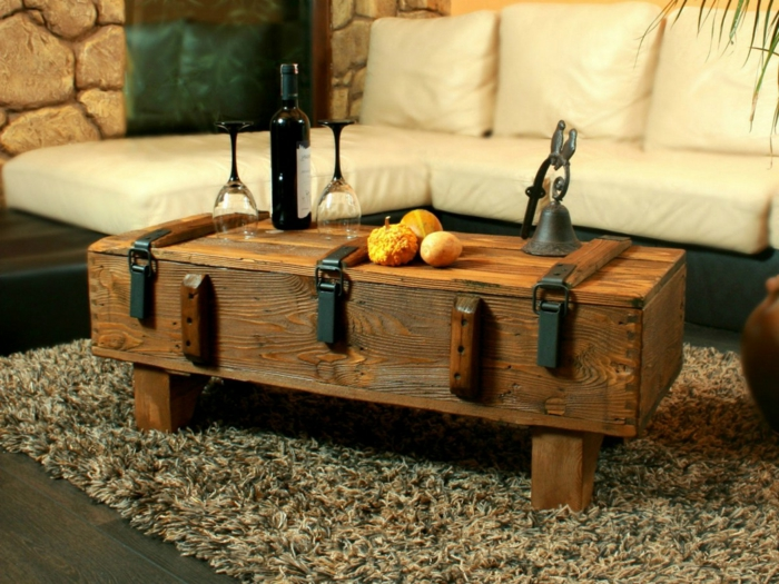 salones modernos, mesa de madera desgastada con botella de vino y vasos