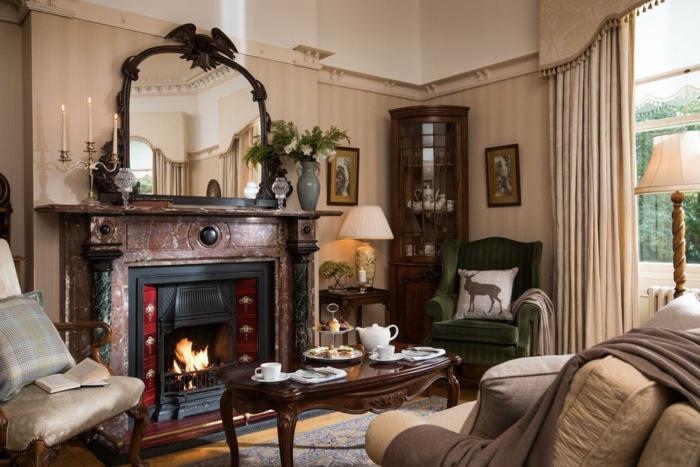 salones modernos, salon rustico con chimenea y espejo, mesa de madera, alacena y cojin con ciervo