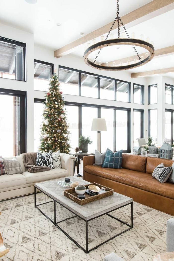salones modernos, salon rustico con sofa tapizada piel, mesa y arbol de navidad