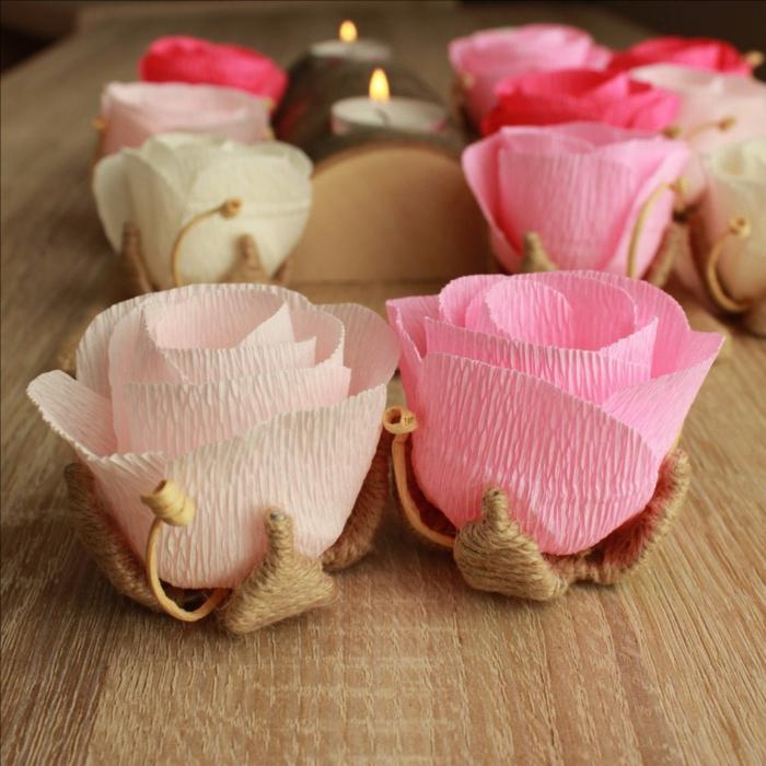 manualidades con papel, decoración con rosas de papel pinocho y portavelas