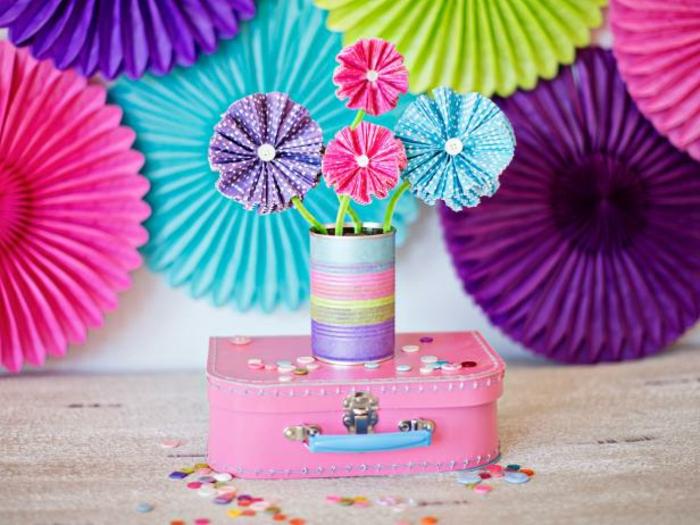 flored de papel paso a paso., decoración con gerberas hechas con capacillos, amletita rosada y papel decorativo