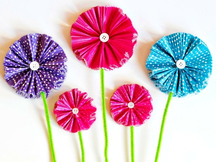 flores de papel paso a paso, gerberas hechas con capacillos de mantecados y botones de blusa