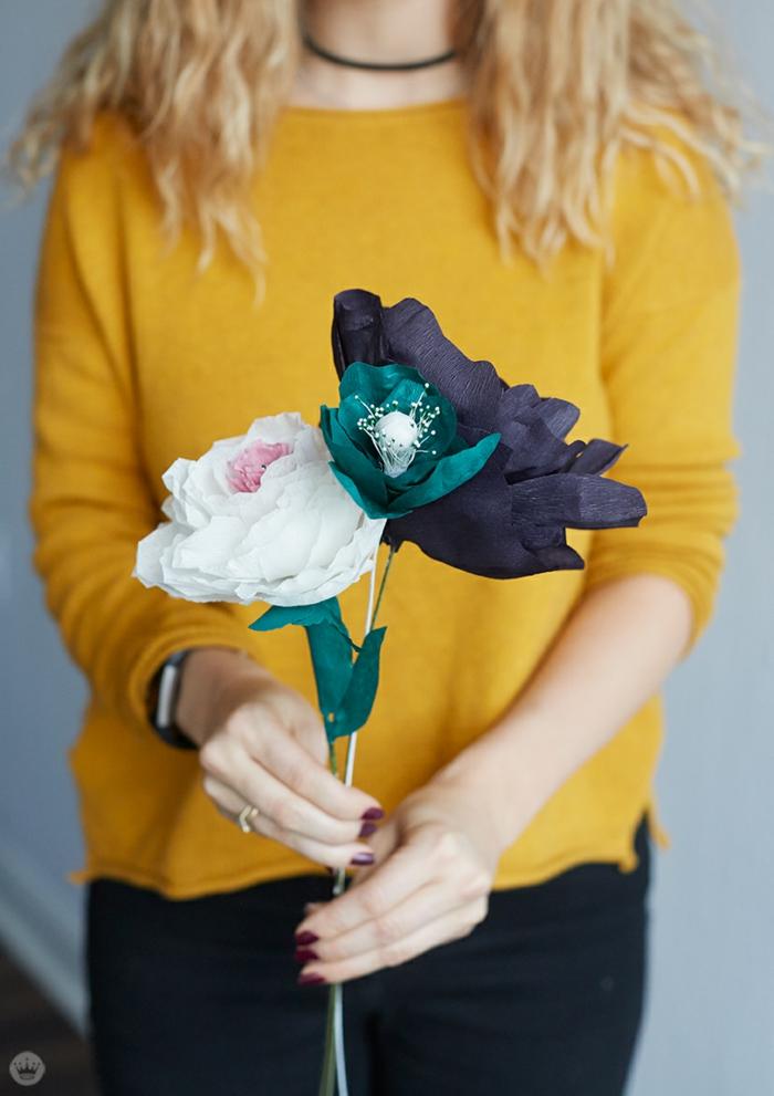 flores de papel paso a paso, mujer con jersey amarillo con bouquet de flores de papel