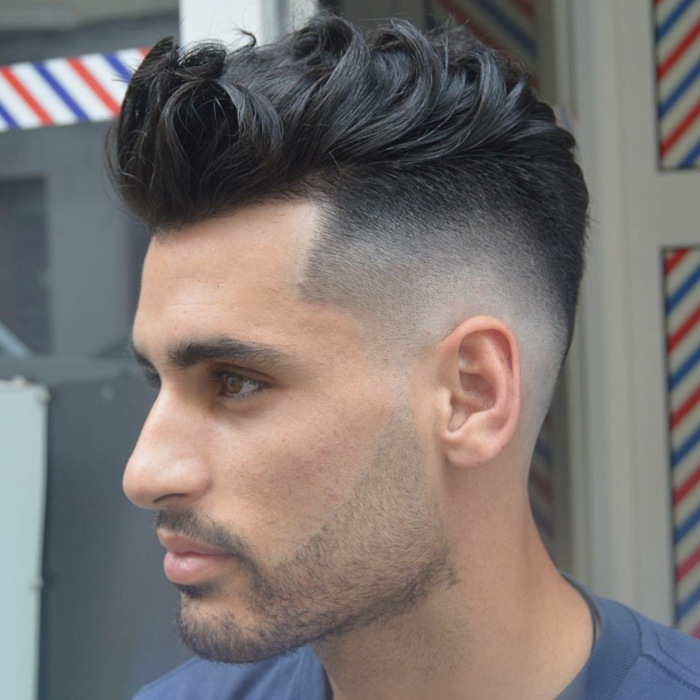 degradado hombre, pelo negro rizado y voluminoso, cabellos texturizados, bigote y barba finos