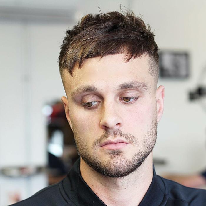 peinados pelo corto hombre, flequillo desproporcionado, pelo castaño claro y liso