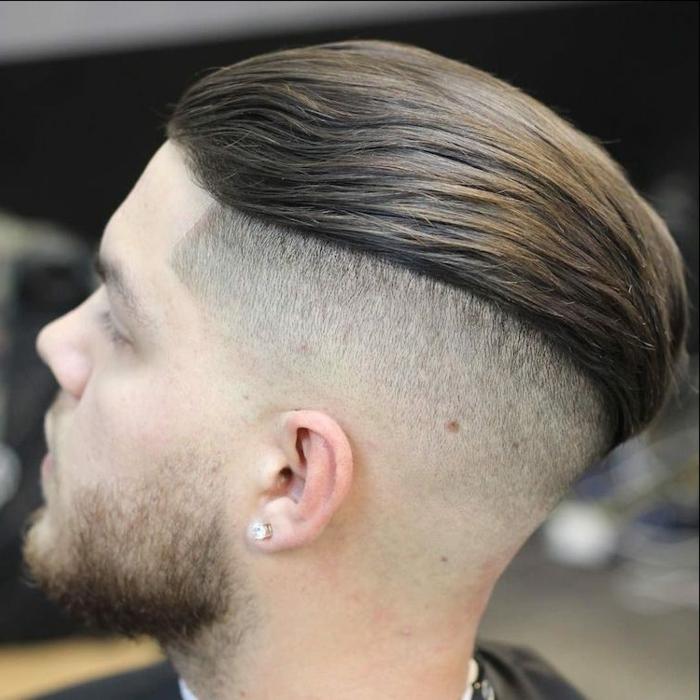 peinados pelo corto hombre, degradado militar, parte superior engominada y peinada hacia atrás