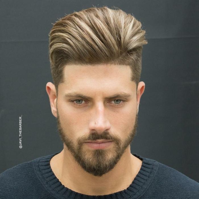 peinados hombre, pelo rubio, corte degradado, mucho volumen en la parte superior con tupé voluminoso