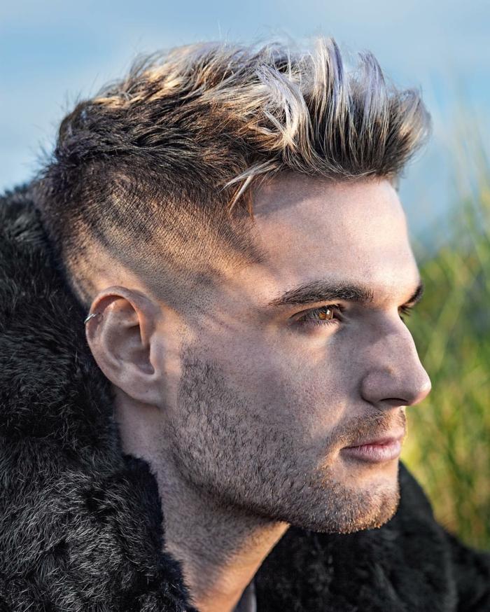 cortes de pelo corto, peinado degradado en forma cónica, pelo rubio peinado en mechas