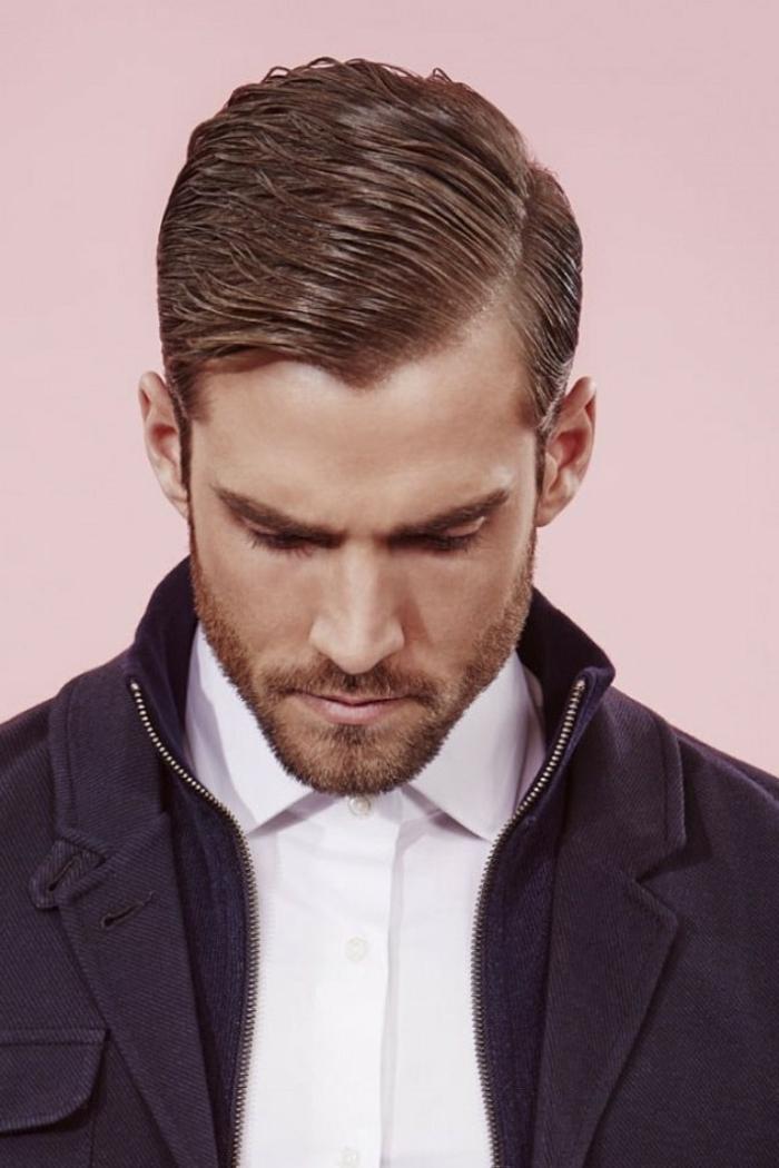 peinados hombre, cabello texturizado, flequillo ladeado y cabello engominado, barba ligera,