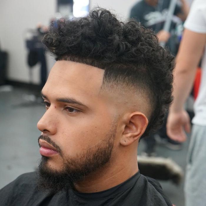 degradado hombre, pelo afro, líneas rectas, mucho volumen en el tupé, pelo abundante en la parte superior