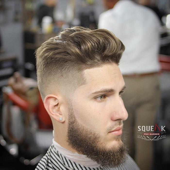 cortes de pelo hombre 2018, barba y pelo unidas, corte tupé, pelo color claro y rizado, de volumen