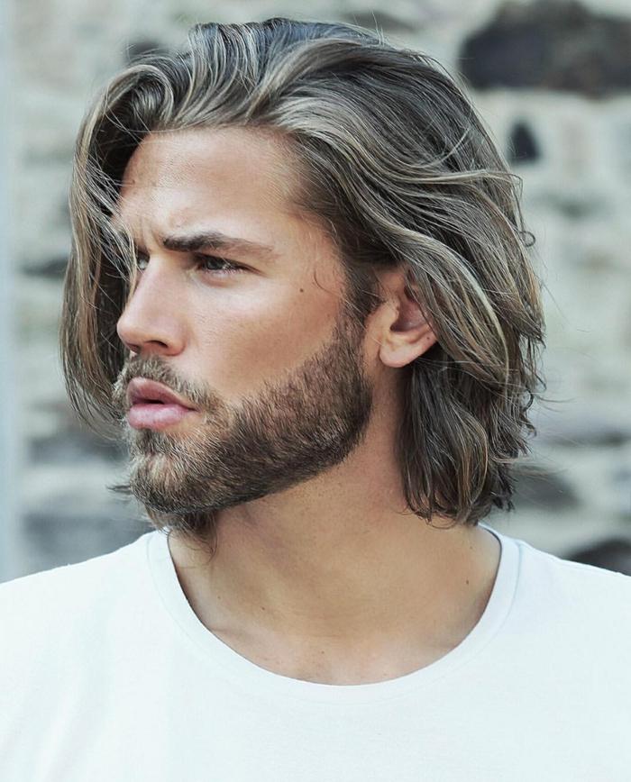 peinados pelo largo, tendencias para cabello claro ondulado, barba media, estilo surfero