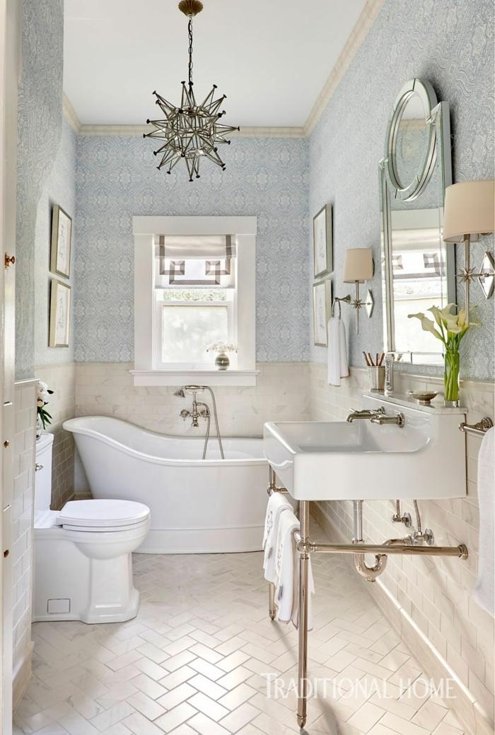decoracion de baños, baño clásico, colores suaves, cuadros colocados simétricamente