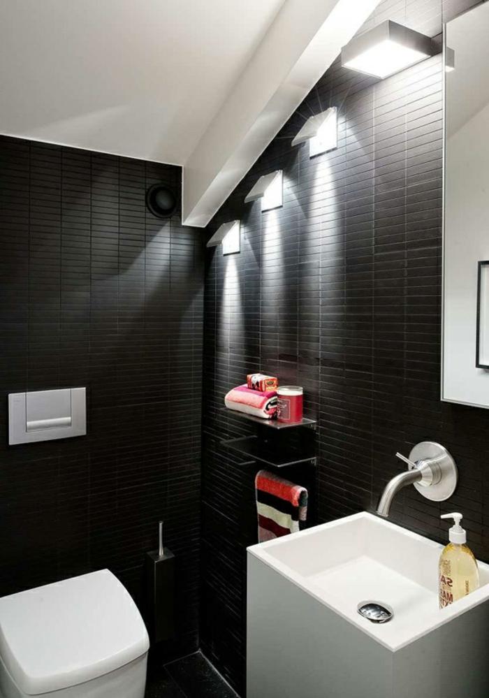 como decorar un baño, lámparas niveladas, toalla en color, paredes oscuras
