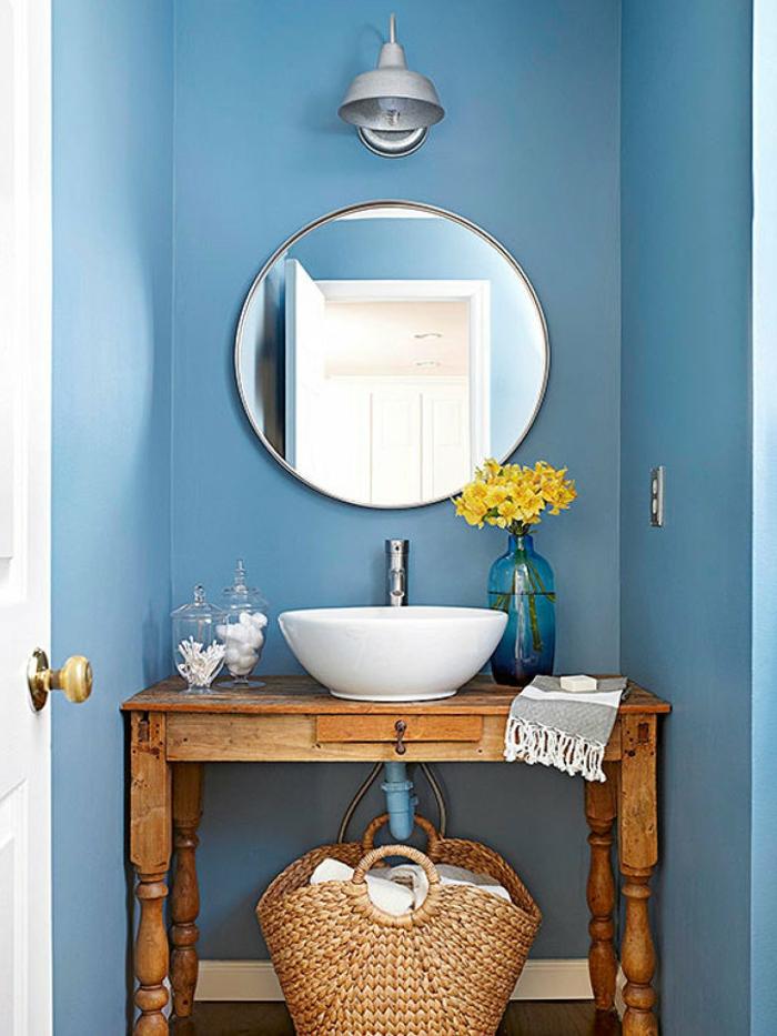 reformas de baño, pared pintada en azul celeste, mesa de madera