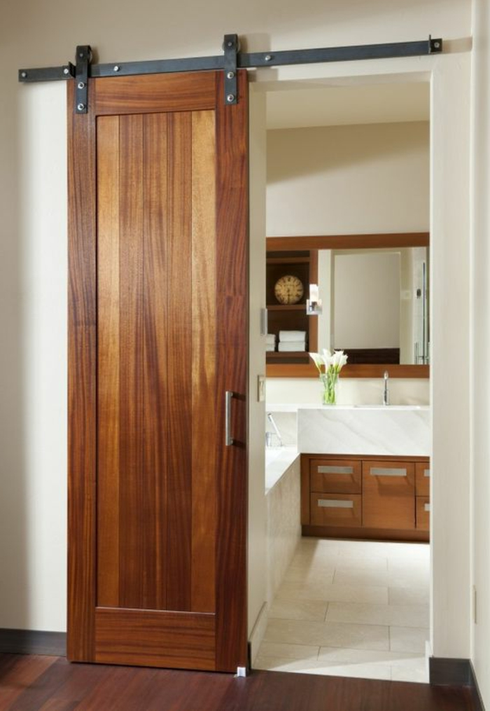 reformas de baño, puerta corredera de madera, azulejos en blanco