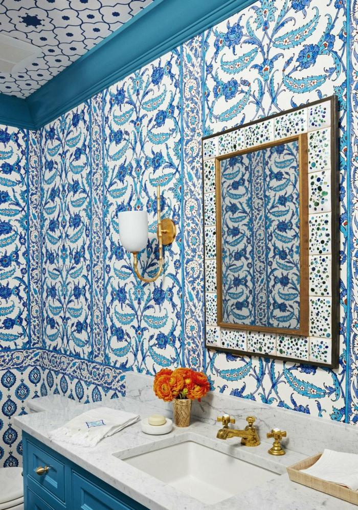 cuartos de baño modernos, azulejos orientales, rama de flores decorativos