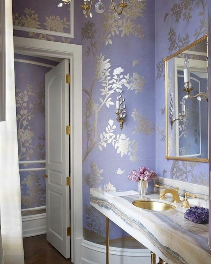 baños pequeños, tapiz de papel de lujo, color lila y oro, puerta blanca