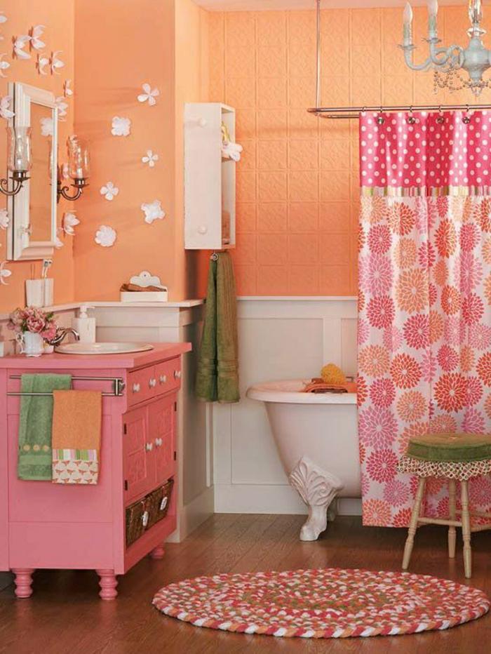 baños pequeños, ornamentos flores, colores llamativos, cortina alegre