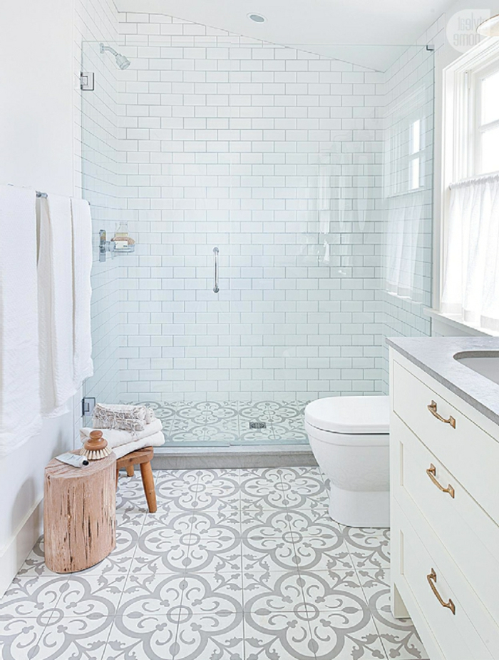 reformas de baño, ganar espacio, cortinas de cristal, silla de madera