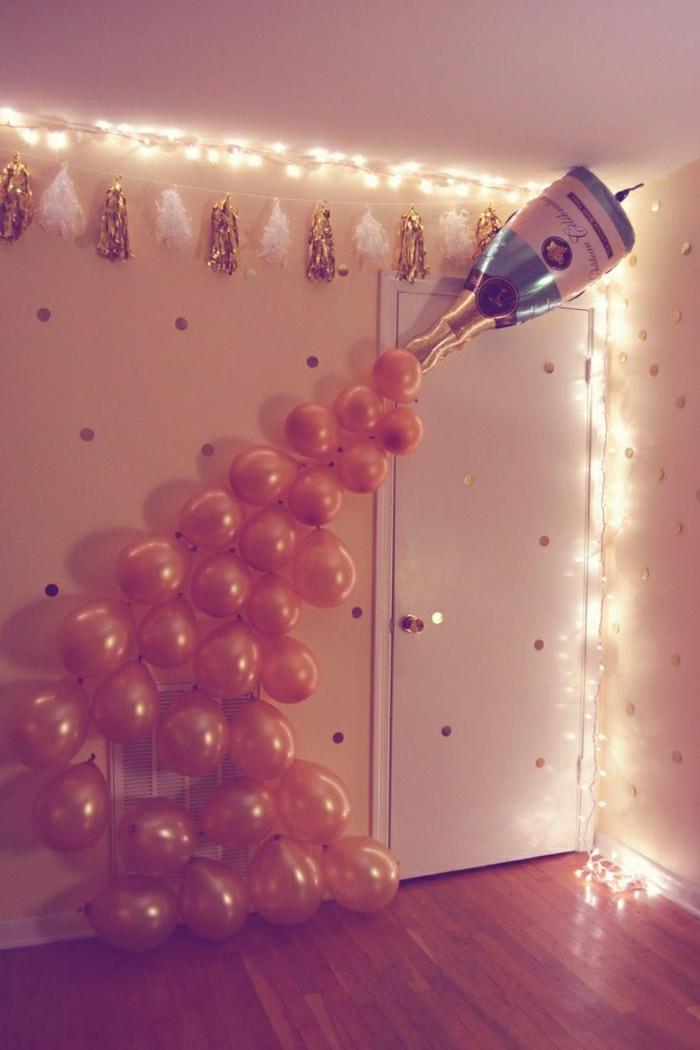 fiestas de cumpleaños, decoración con botella de champaña, balones y guirnaldas en pared