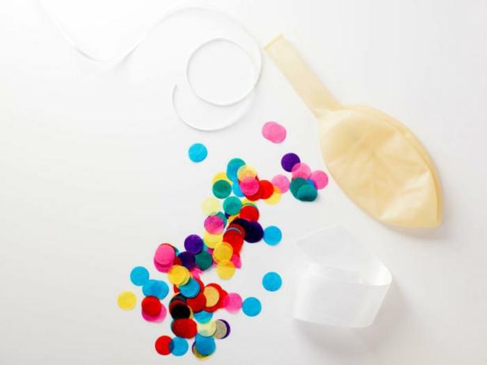 fiestas de cumpleaños, glono transparente, confetti y cuerda en fondo blanco