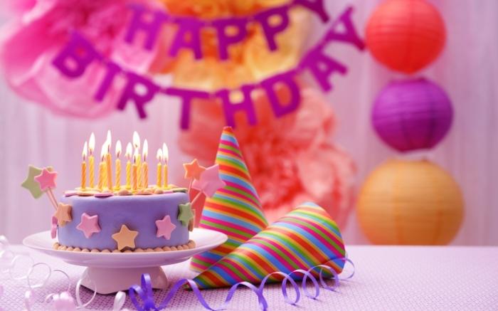 fiestas de cumpleaños, decoración con pastel en púrpura, gorros de fiesta y guirnaldas