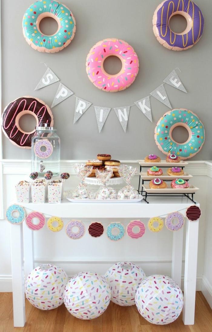 manualidades para adultos, decoración cumpleaños con globos donuts y guirnalda con letras