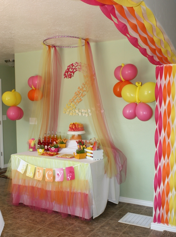 manualidades para adultos, decoracion de cumpleaños en rojo y amarillo con globos y guirnaldas