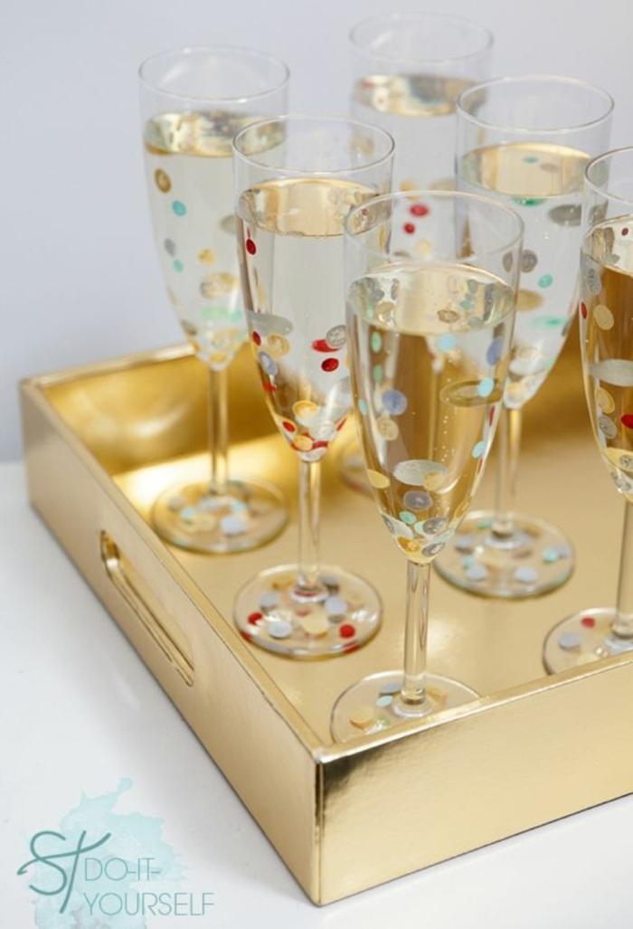manualidades para adultos, vasos de cristal con manchas de color en tabla dorada