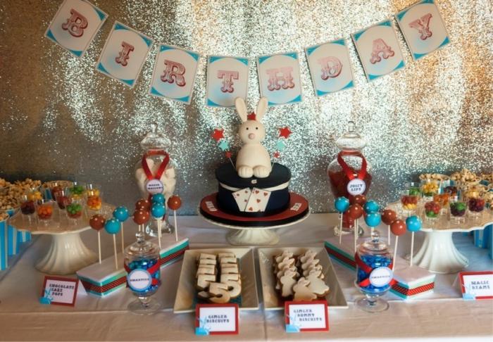 manualidades para adultos, decoracion vintage con pastel y conegoççjo, pared brillante, chupachups