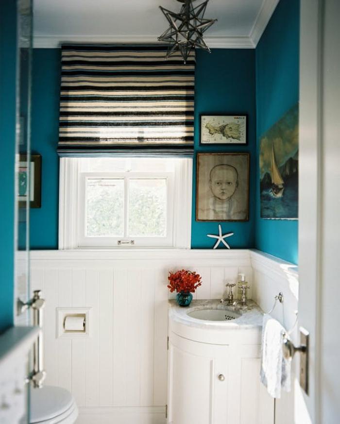 cuartos de baño modernos, lámpara de araña, decoración marina en azul