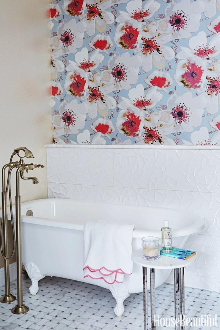 cuartos de baños modernos, acento en la pared, mesa pequeña