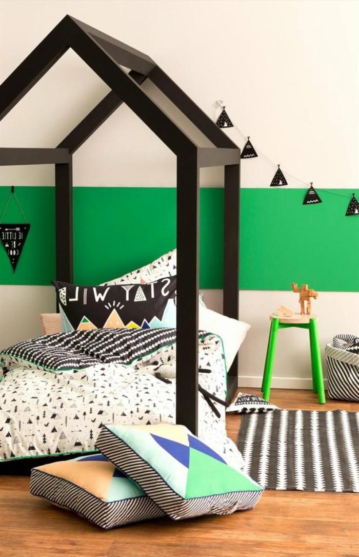 literas juveniles, habitación con cama tipo casa en negro, pared verde, cojines y tapete